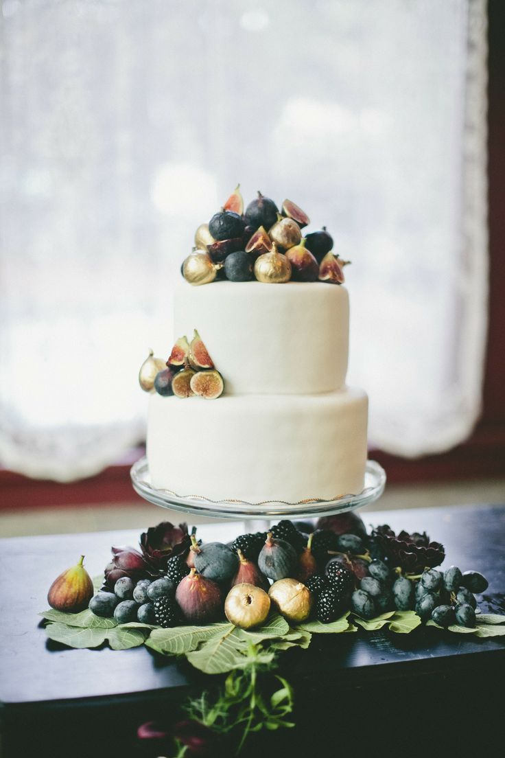 Figs & gold decorated wedding cake