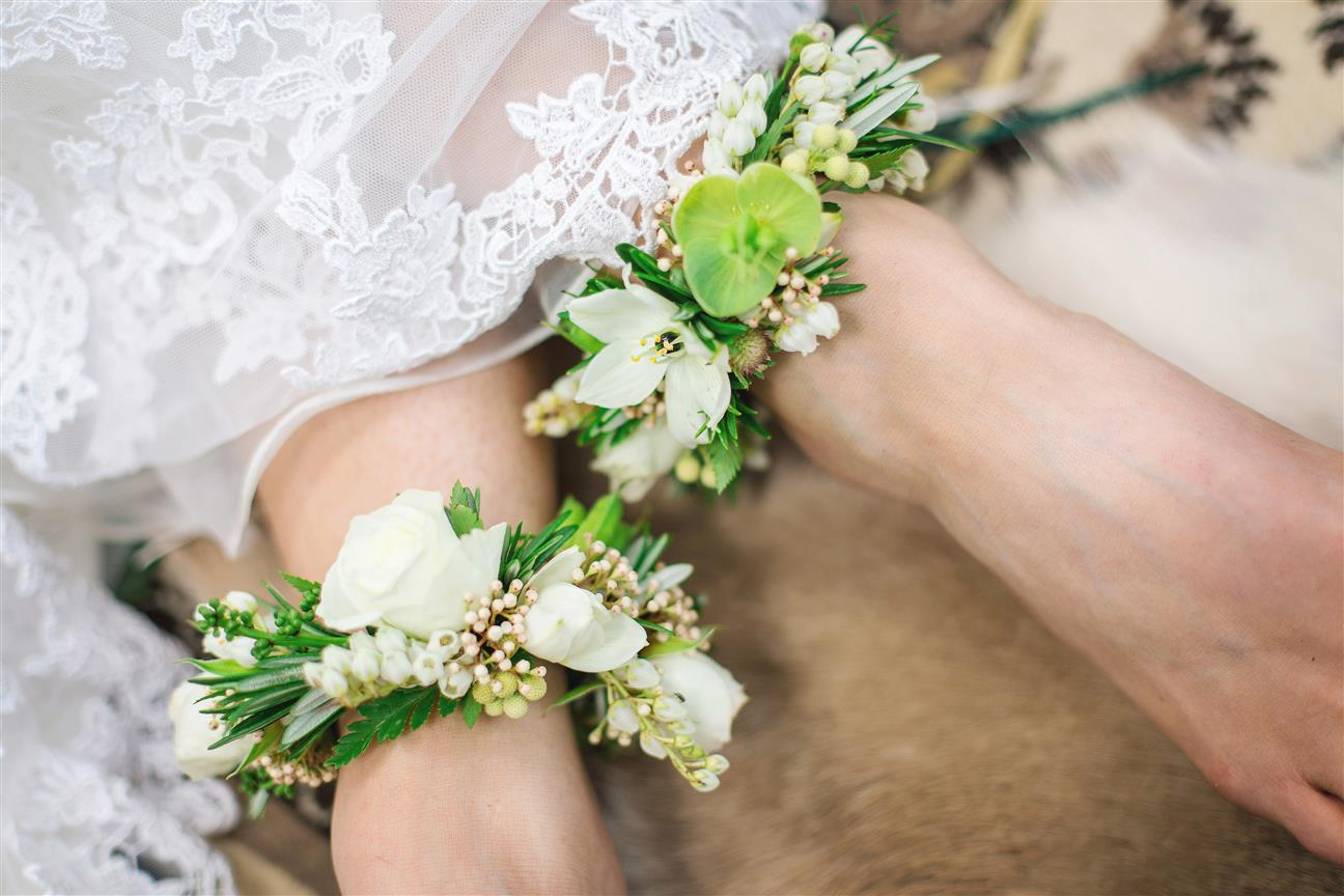 10 Unique & Creative Bridesmaid Bouquet Alternatives - Flower Anklets