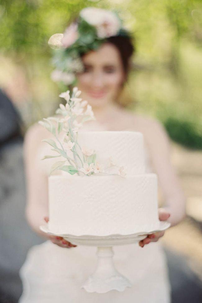 5 Beautiful Spring Wedding Cake Ideas - White