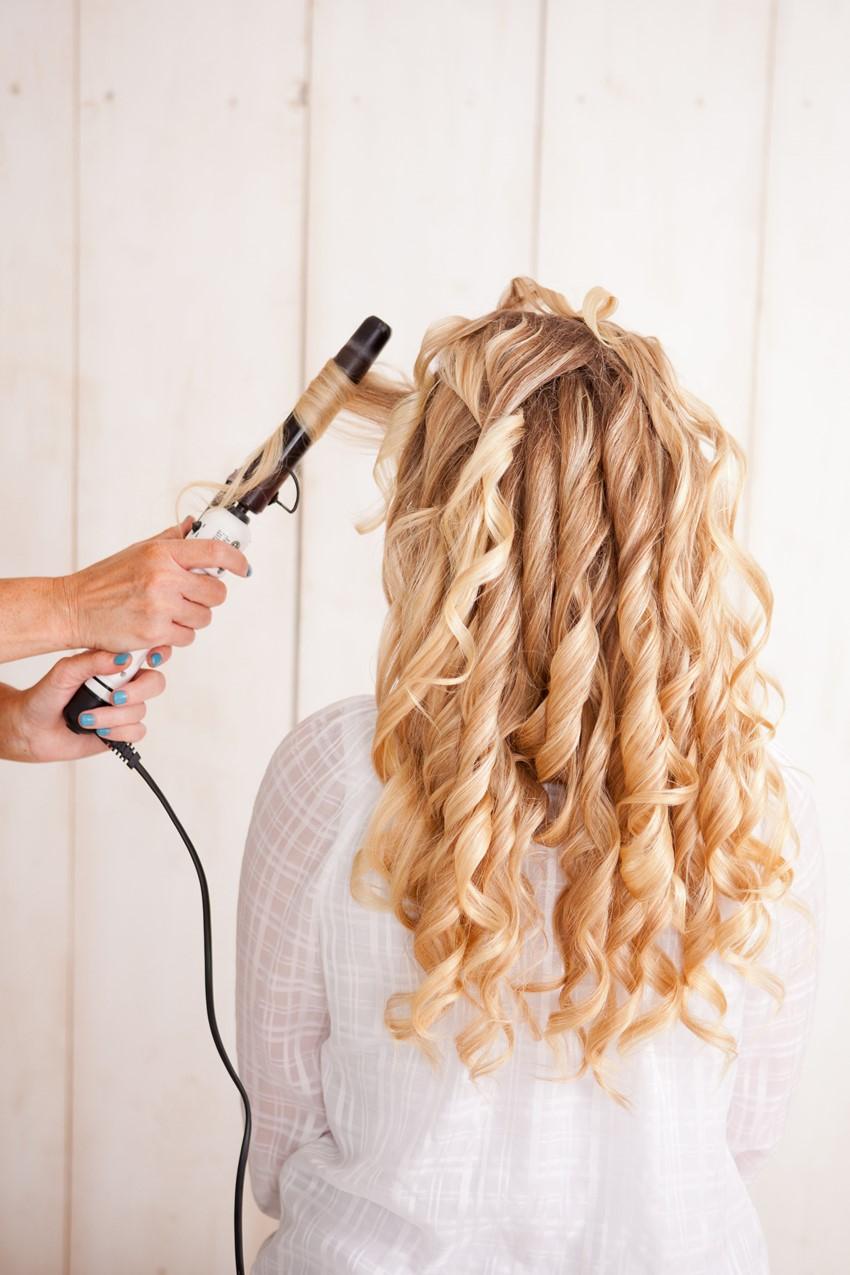 Прически с помощью невидимок на кудрявые волосы