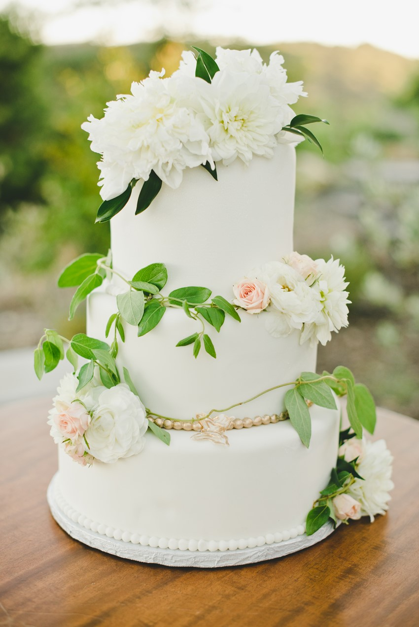 Elegant Summer Wedding Cake // Photography by Onelove Photography http://www.onelove-photo.com