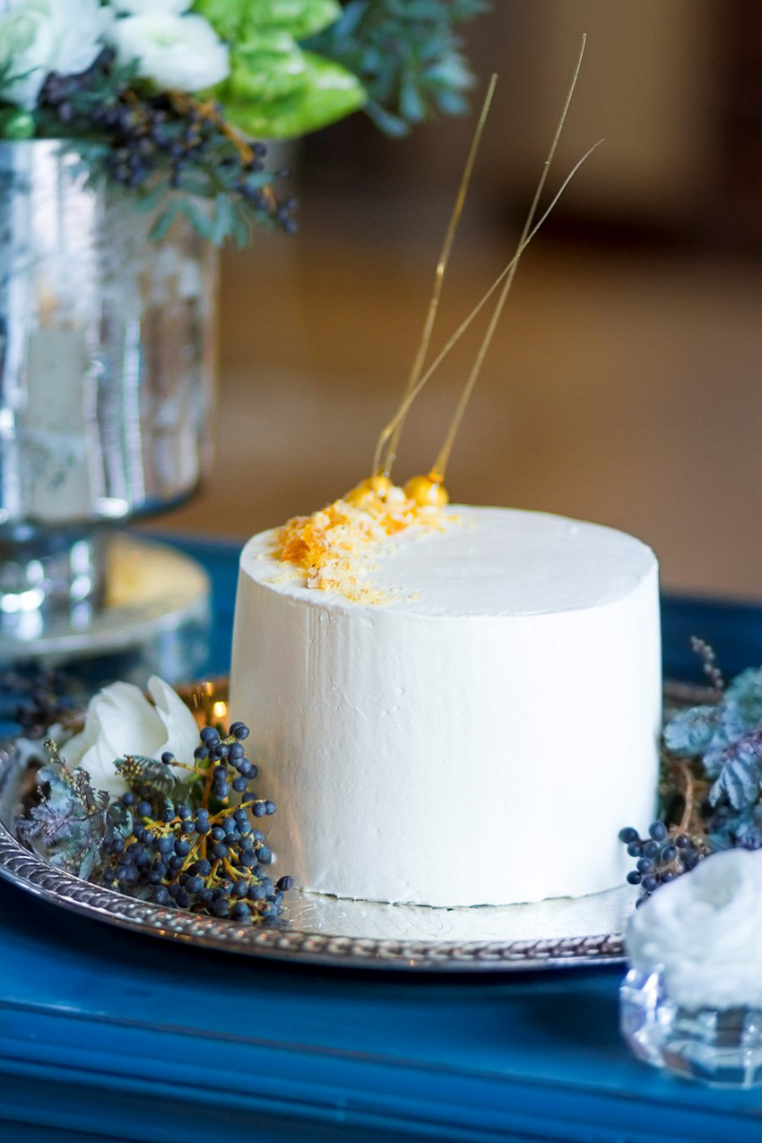 Single Tier Winter Wedding Cake // Photography ~ Twin Lens Weddings